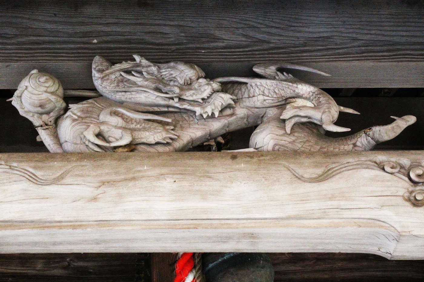 金気神社の龍の彫刻