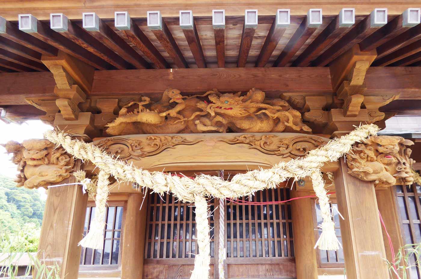 向拝の龍の彫刻の写真