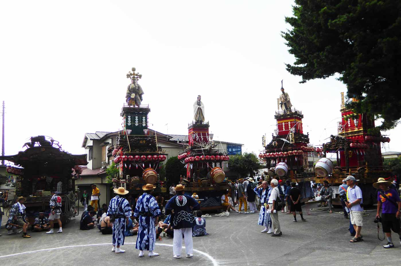那古寺の祭礼 整列した屋台