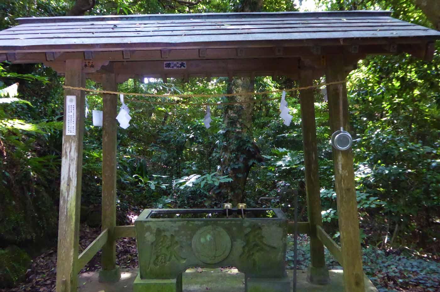 船越鉈切神社の手水石