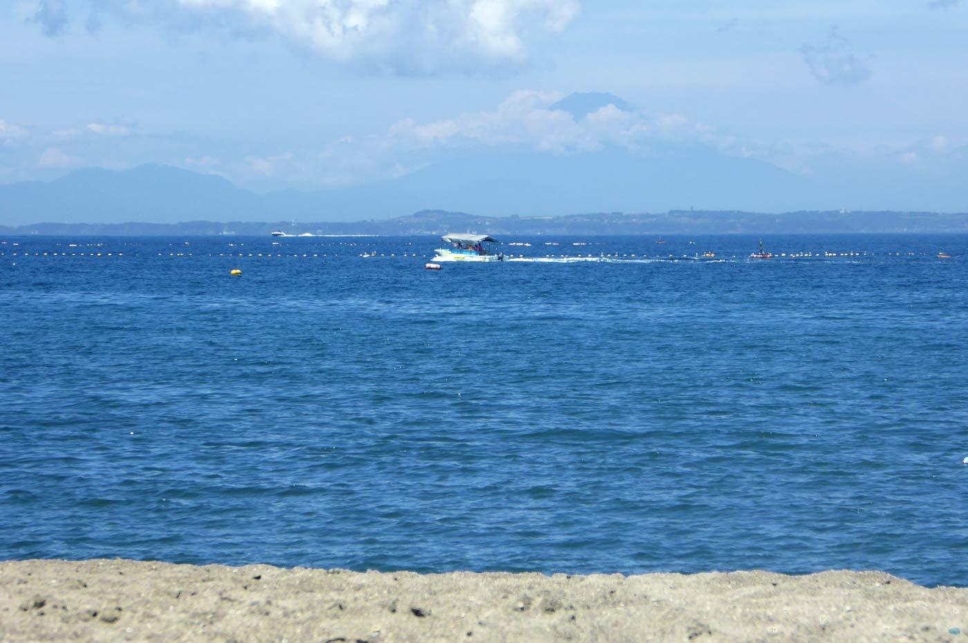 勝山海水浴場から富士山を望む