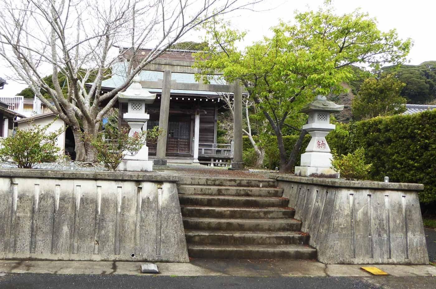 竜岡神社の境内