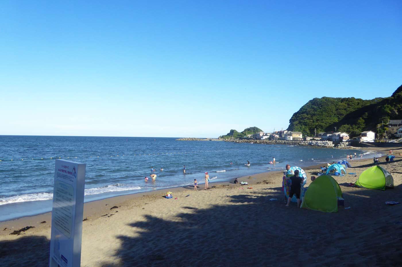 太海海水浴場から仁右衛門島を望む