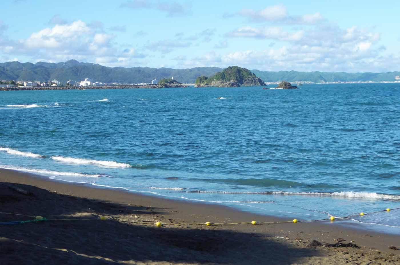太海海水浴場から弁天島を望む