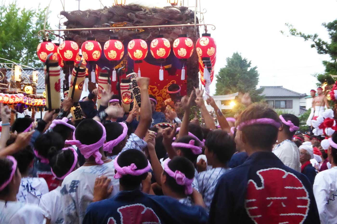 館山の祭り 上町の山車が入際する様子