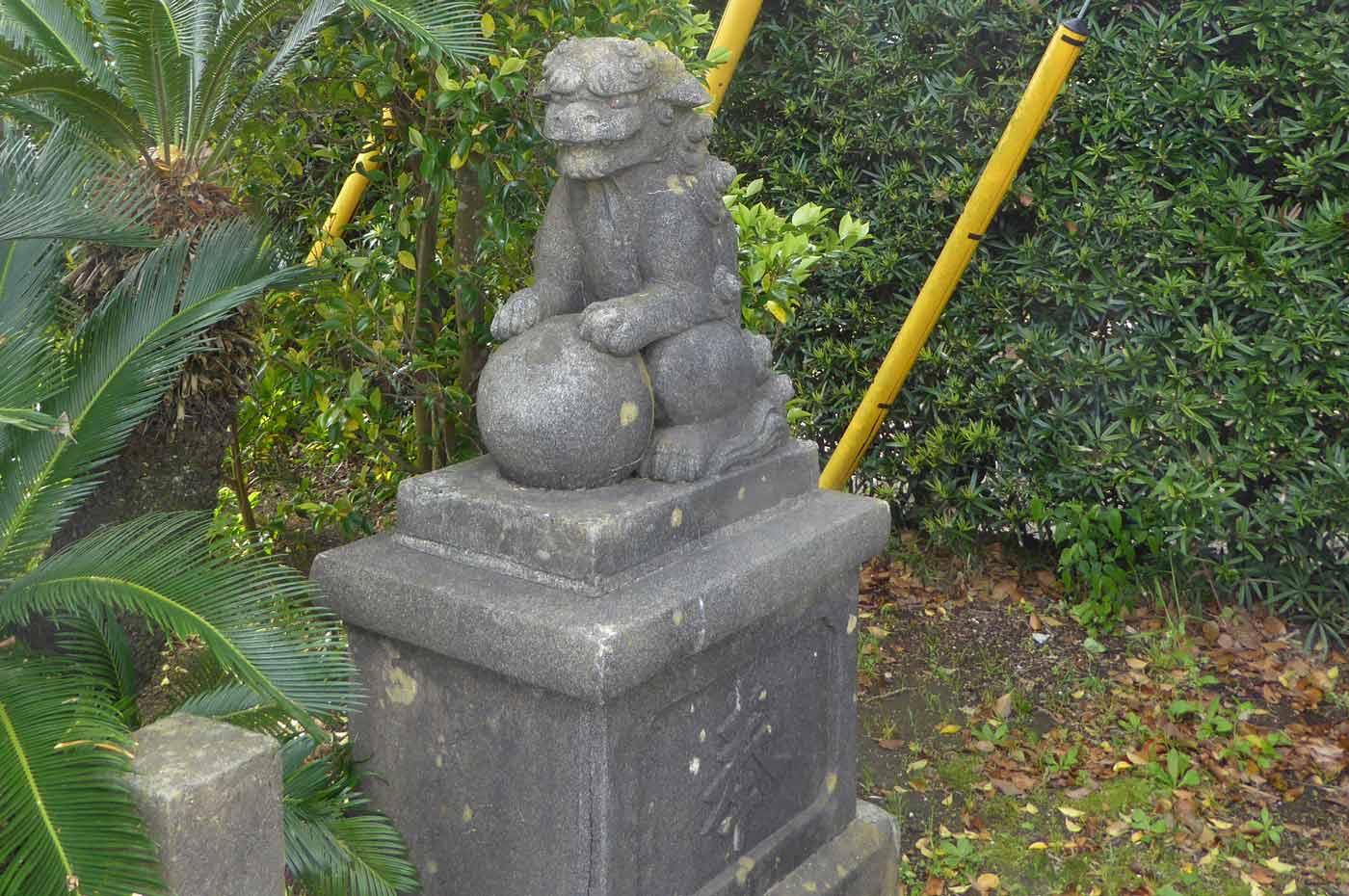 熊野神社の古い狛犬 左側