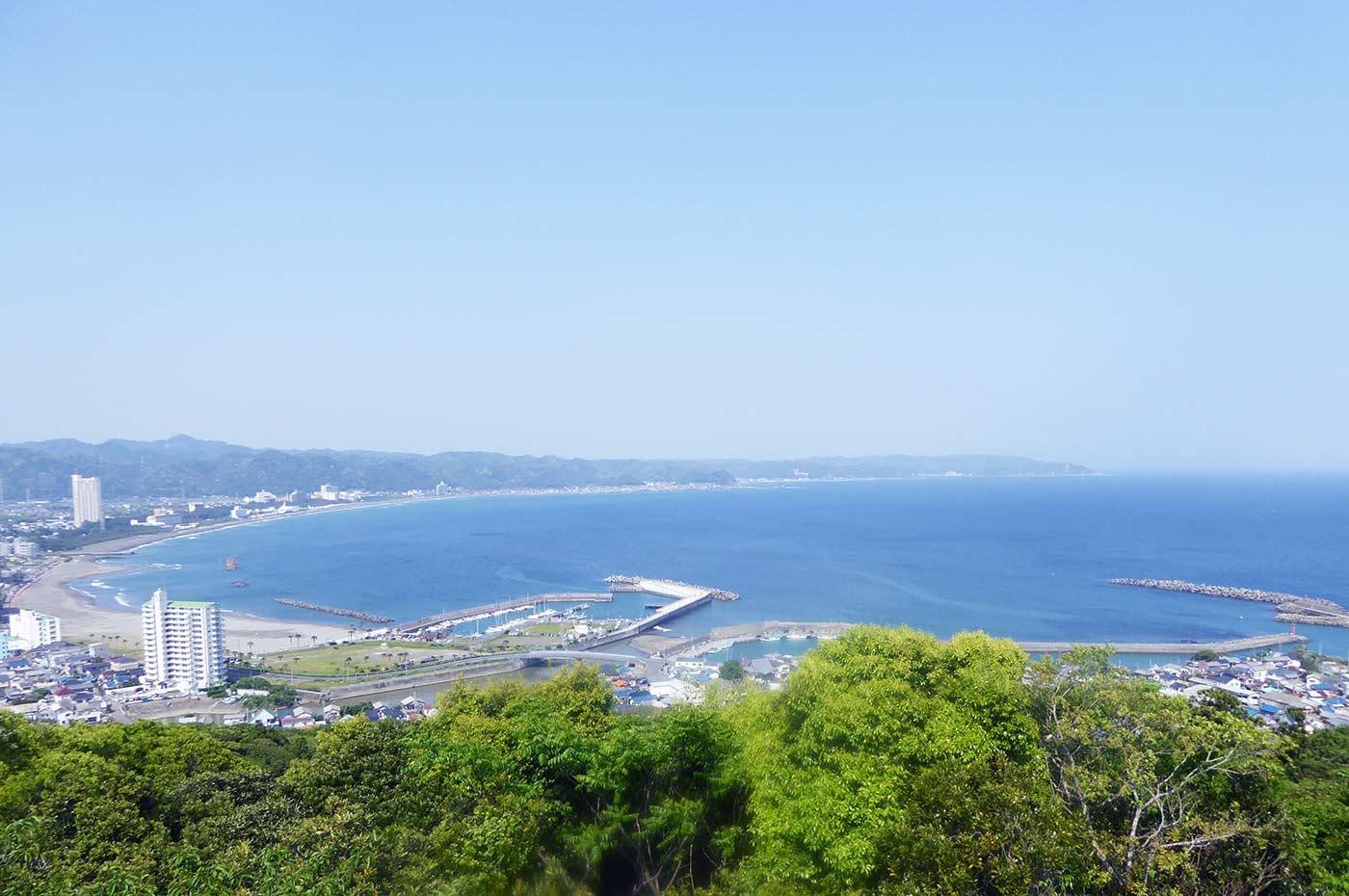 魚見塚展望台から鴨川漁港