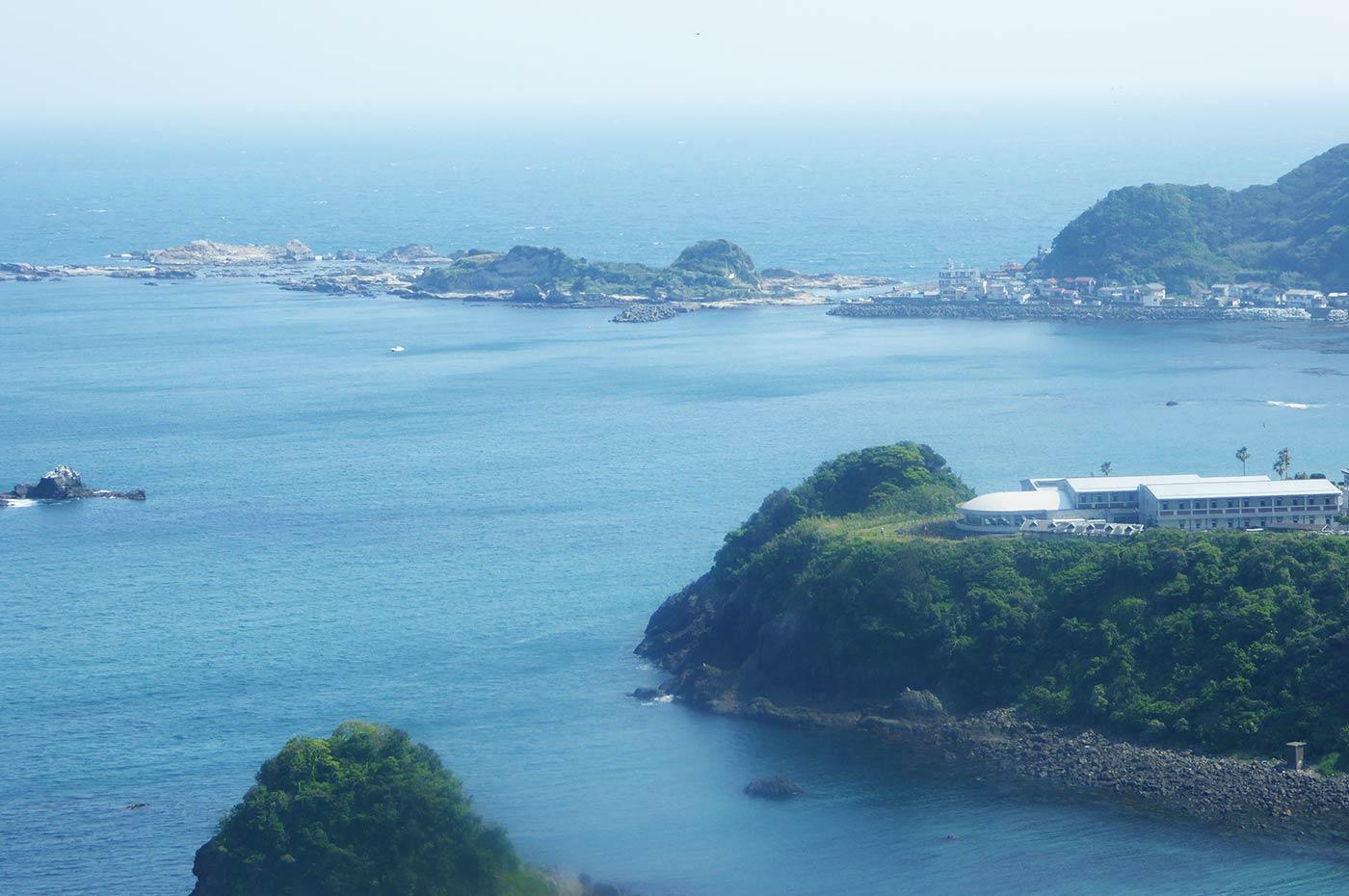 魚見塚展望台から鴨川松島と仁右衛門島を望む