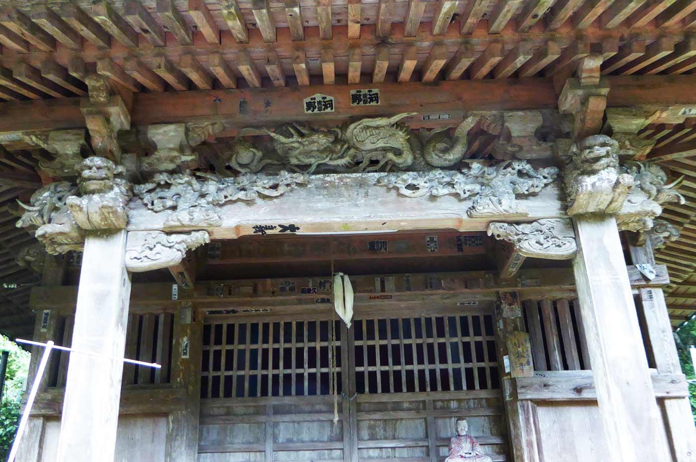 小松寺の観音堂の彫刻の画像