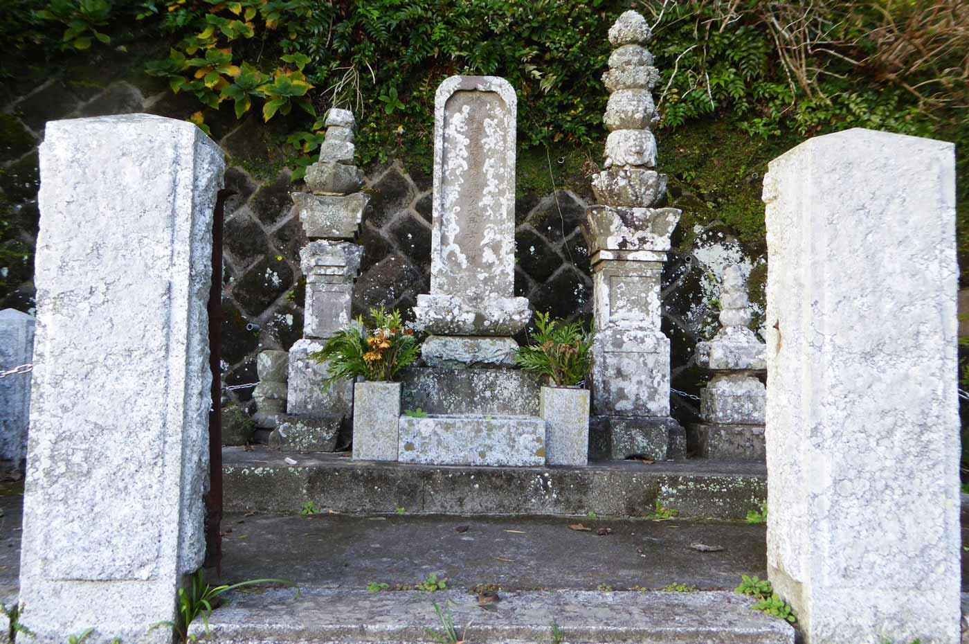 杖珠院里見義実の墓の画像