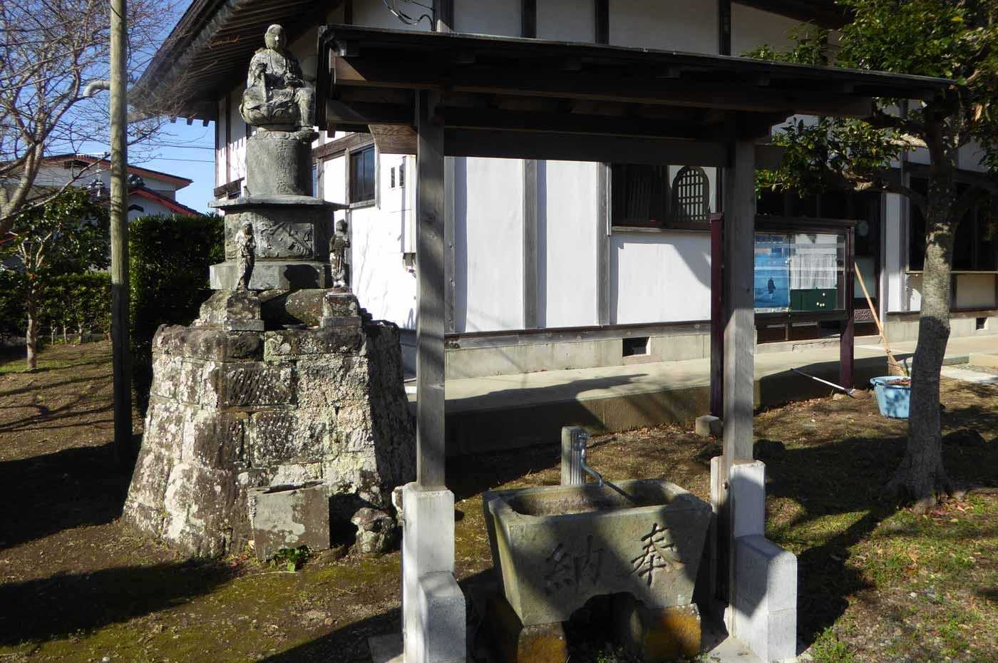 観音寺の手水舎の写真