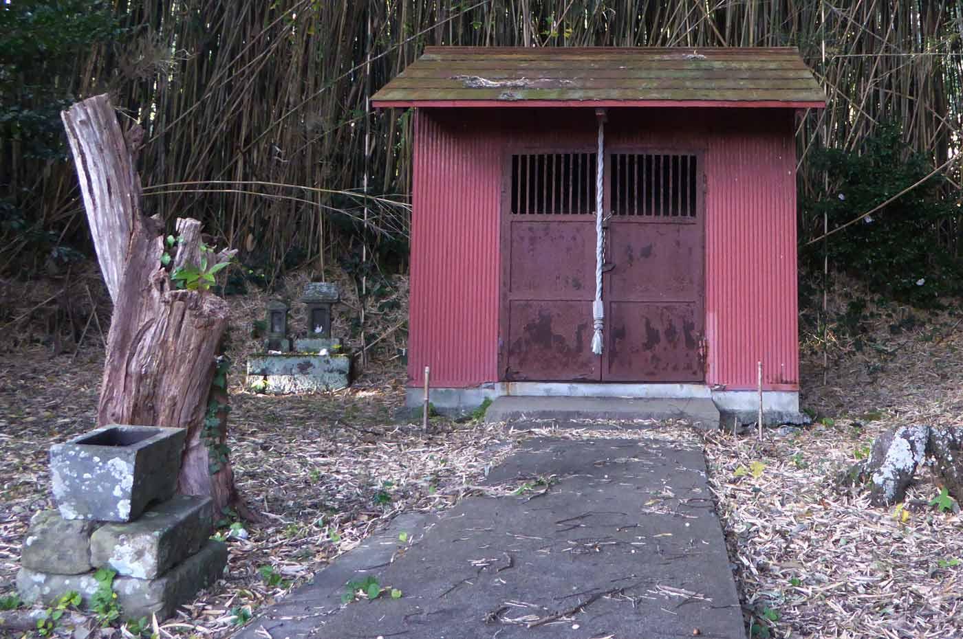 本殿裏の名称不明の神社