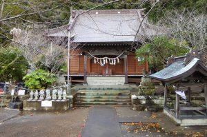 八幡神社の境内と拝殿