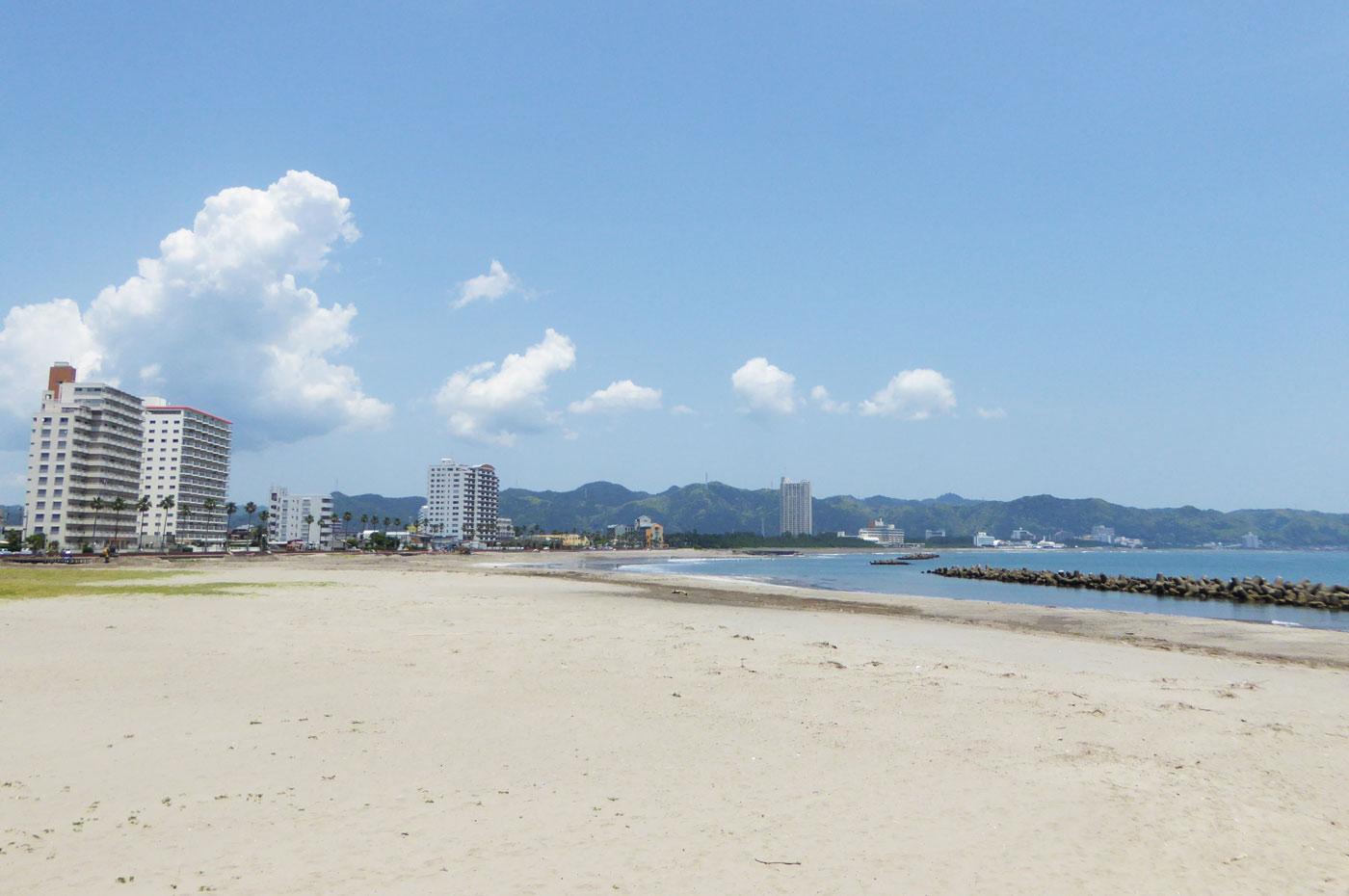 前原横渚海水浴場の白い砂浜