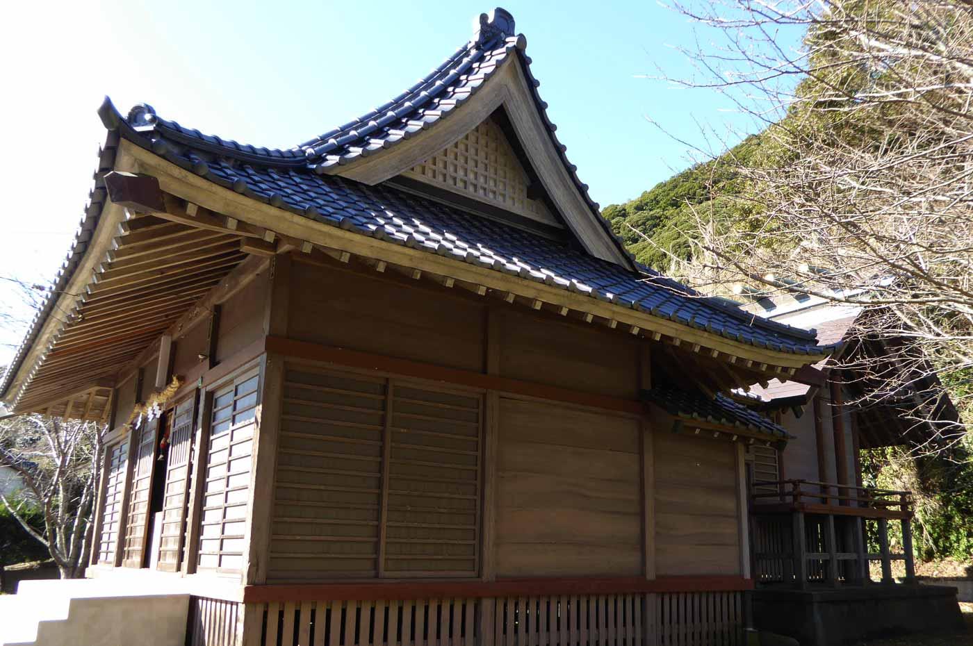 青根原神社の拝殿と本殿の画像