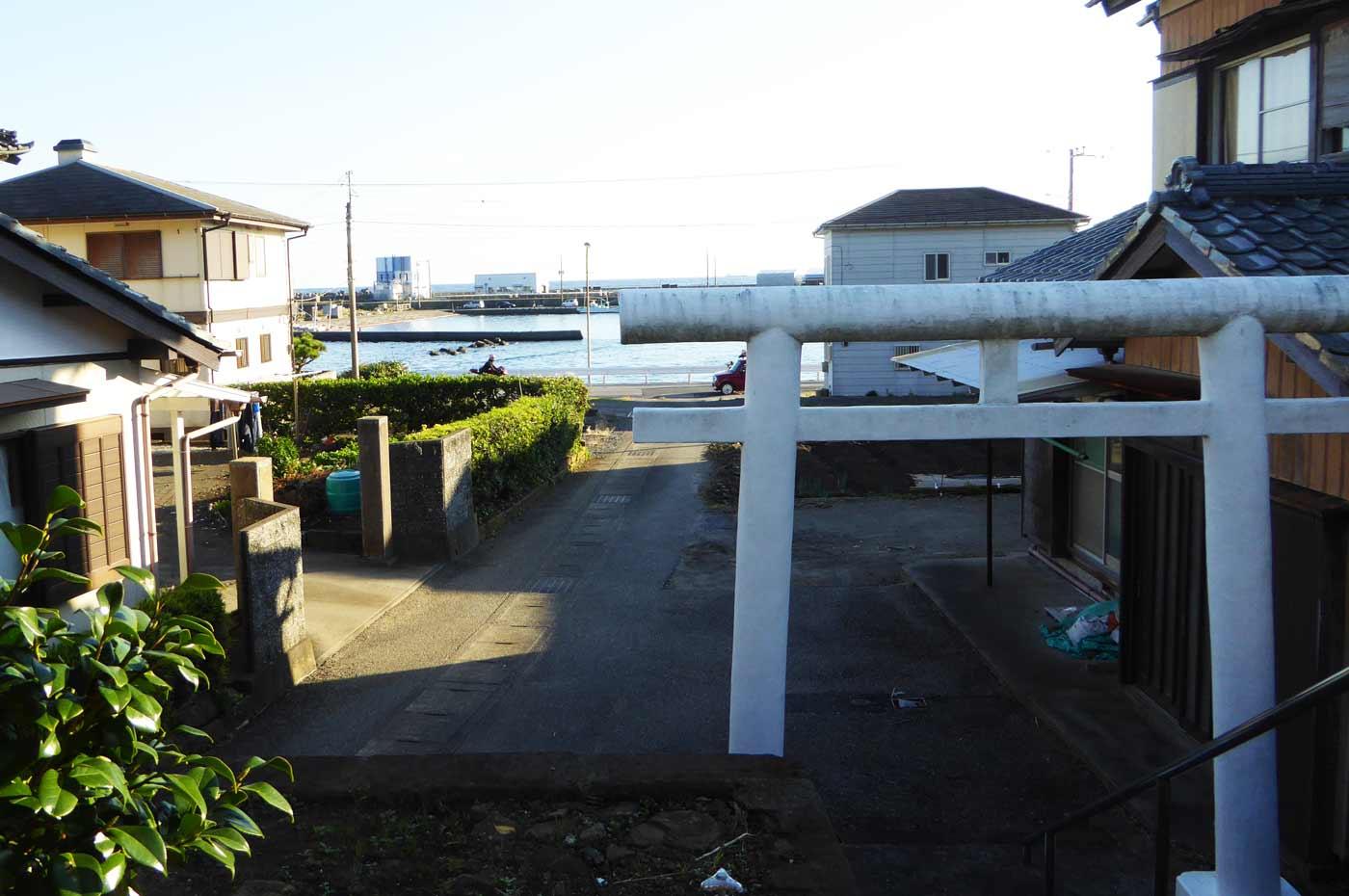弁天神社より乙浜港を望む