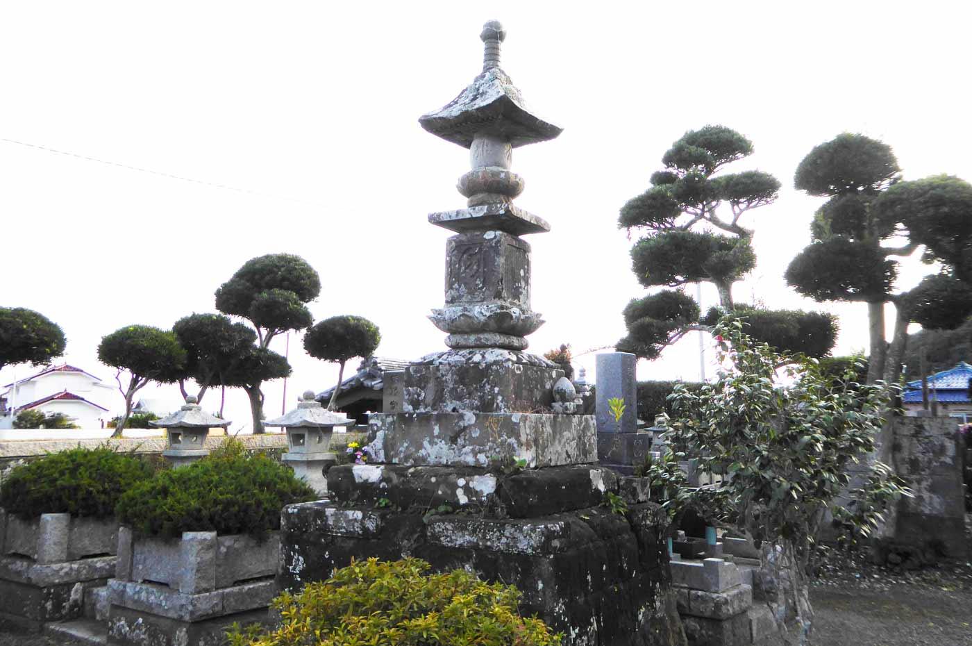 円正寺の宝篋印塔の画像