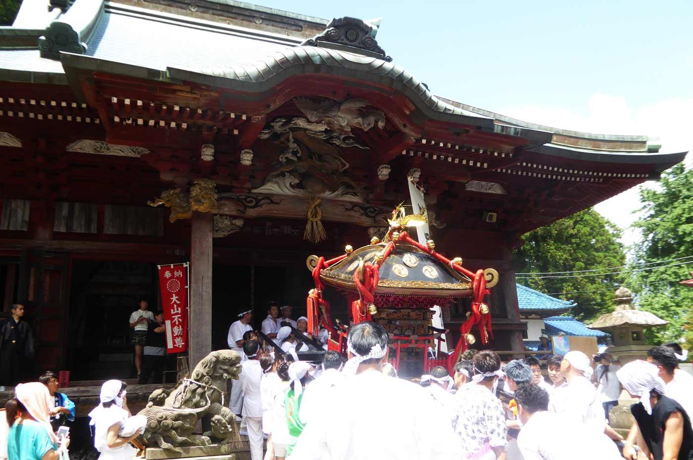 大山寺の不動堂に入る神輿