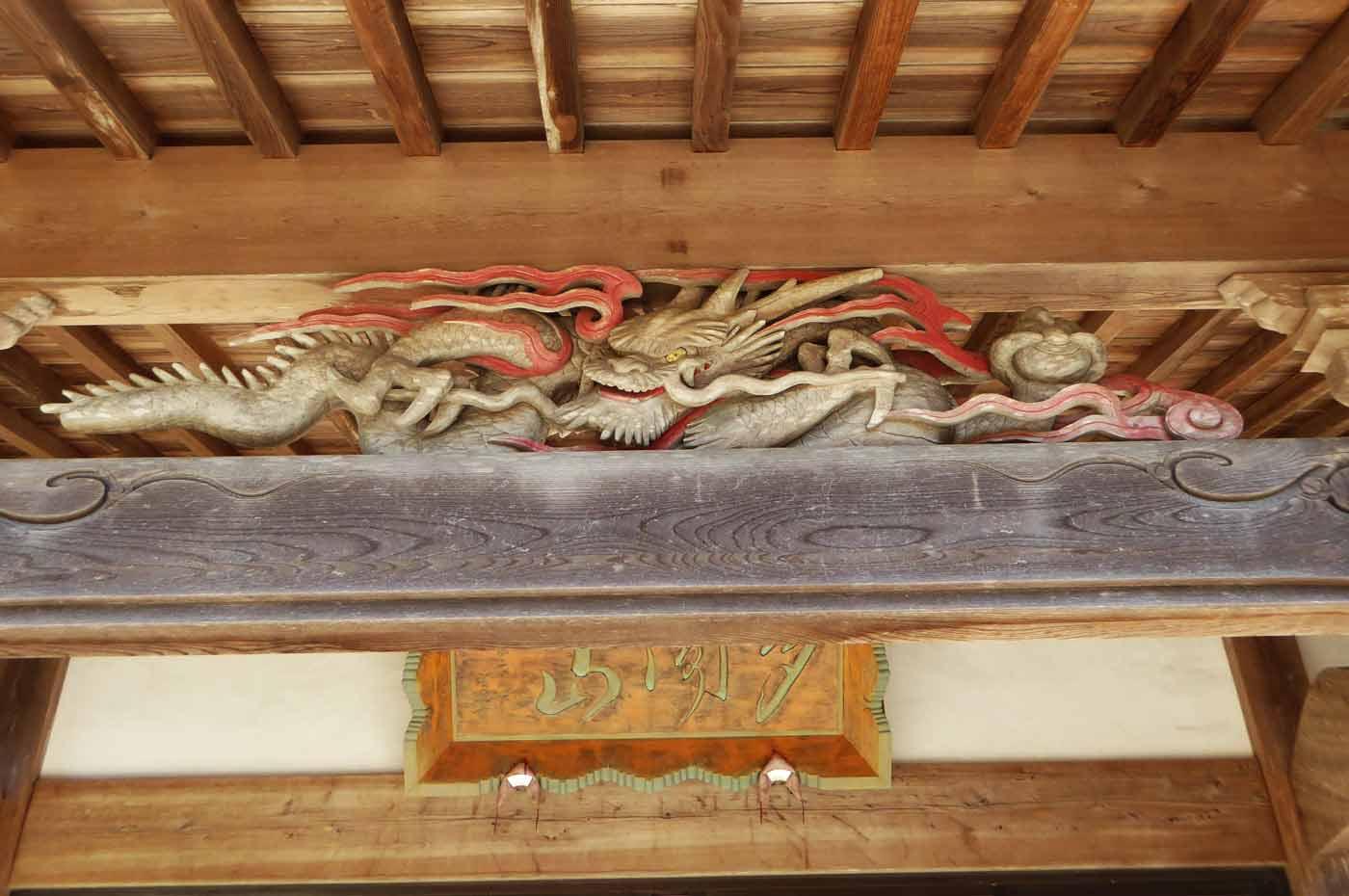 福楽寺の龍の彫刻の写真