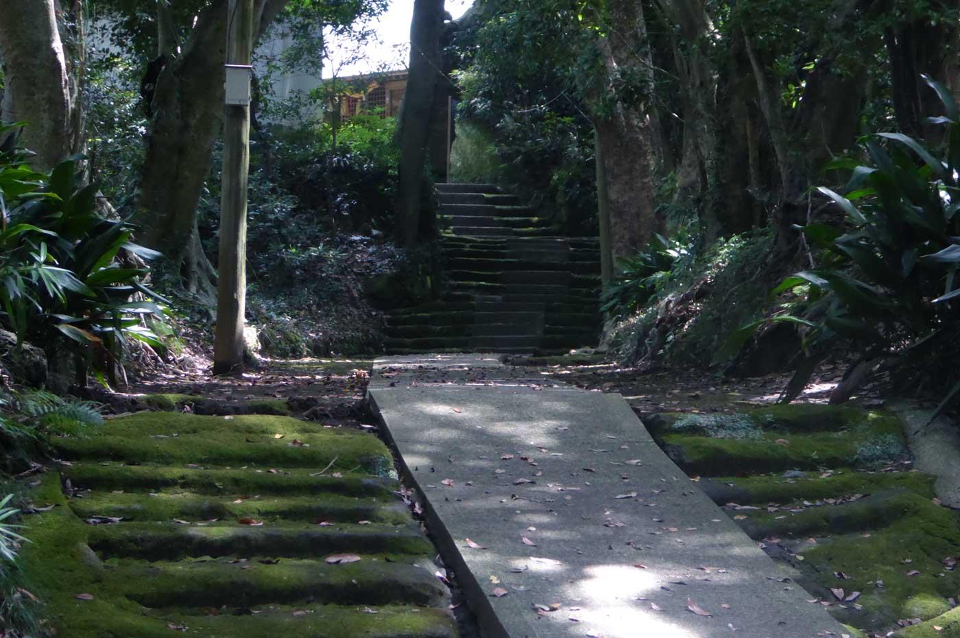 船越鉈切神社の本殿への階段