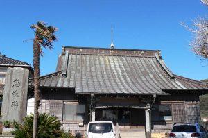 法界寺の本堂と忠魂碑の画像
