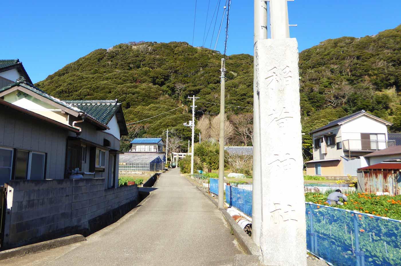 稲荷神社入口の石碑