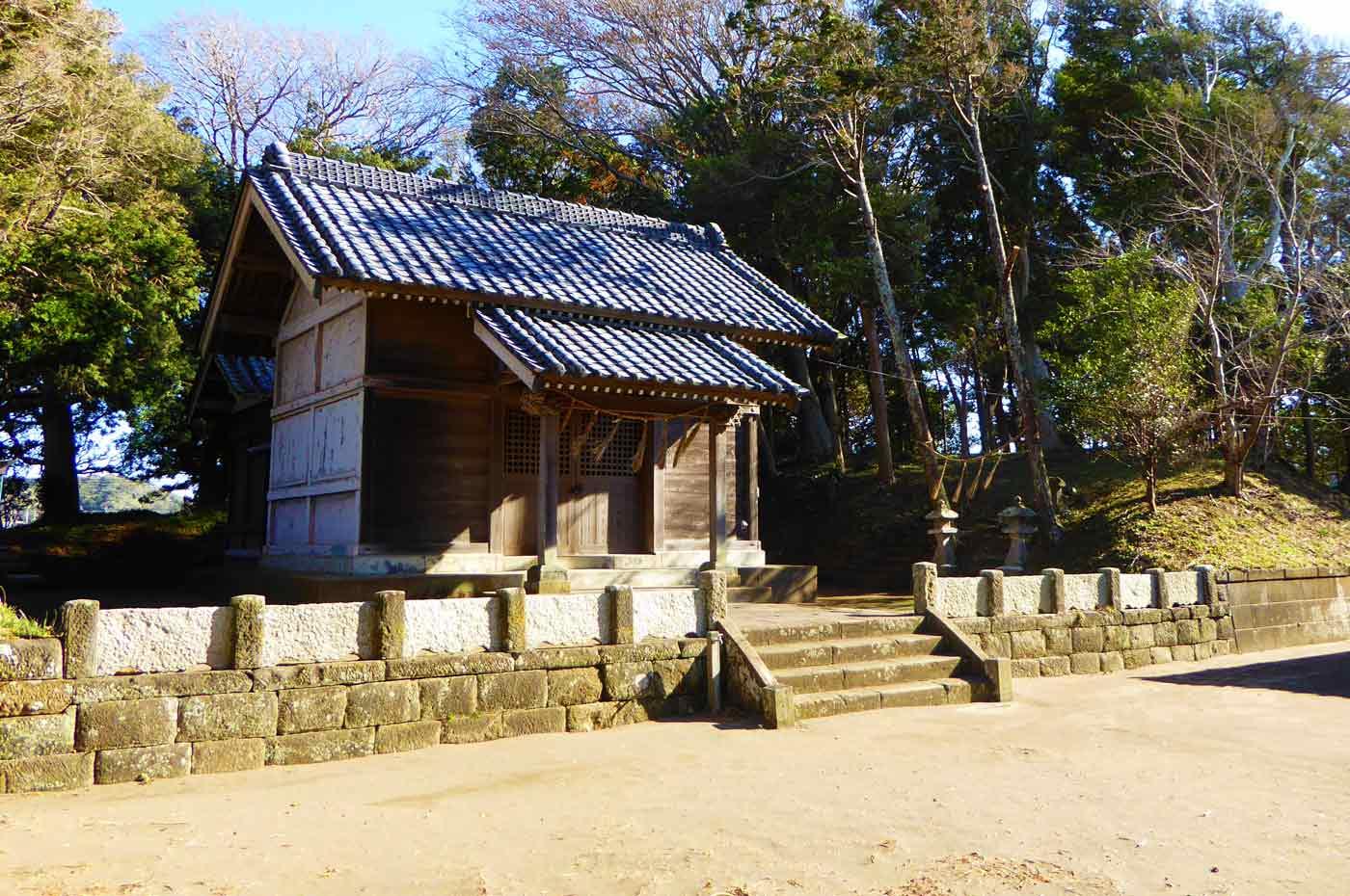 犬石神社の拝殿と本殿