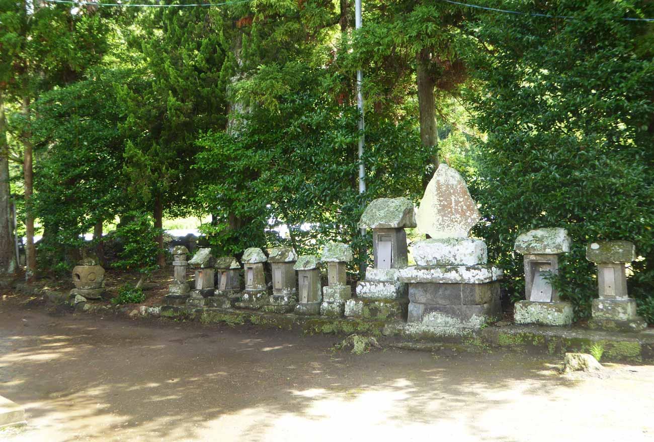 岩井神社の石碑群の画像