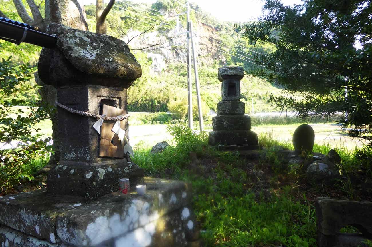 拝殿右横の石碑2