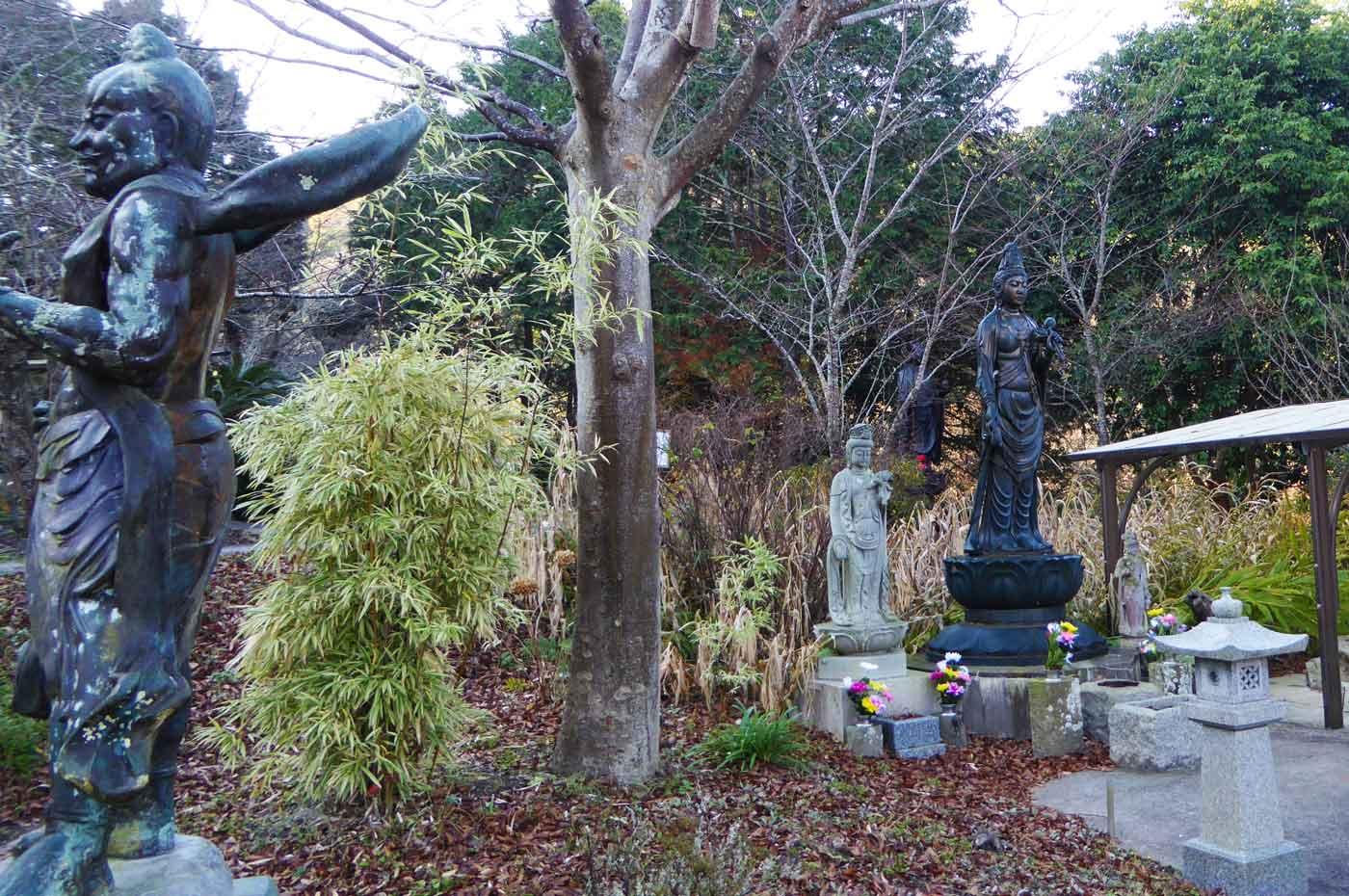 慈恩院の岩崎巴人の石碑