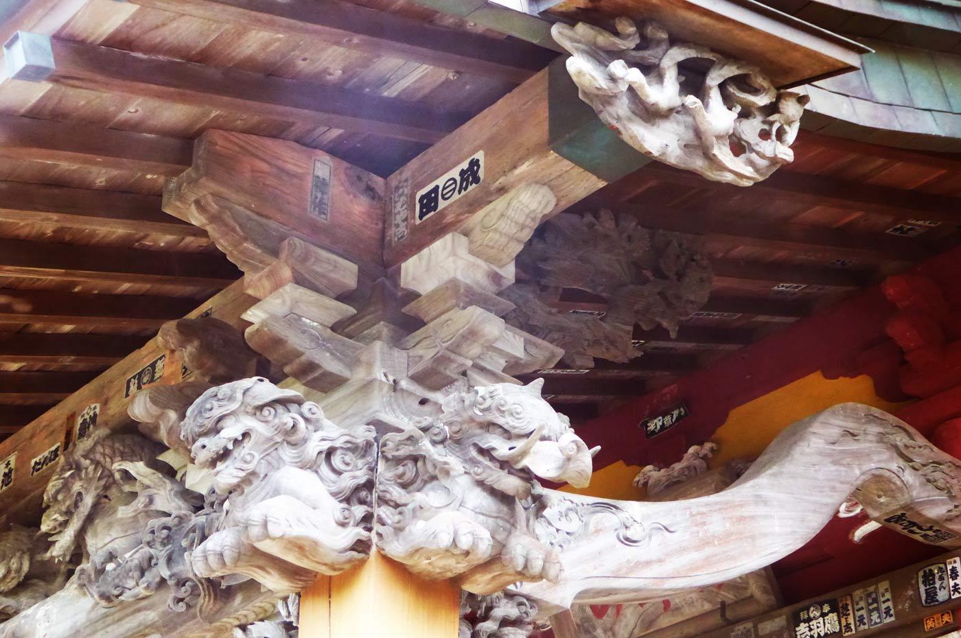 観音堂の彫刻(右)