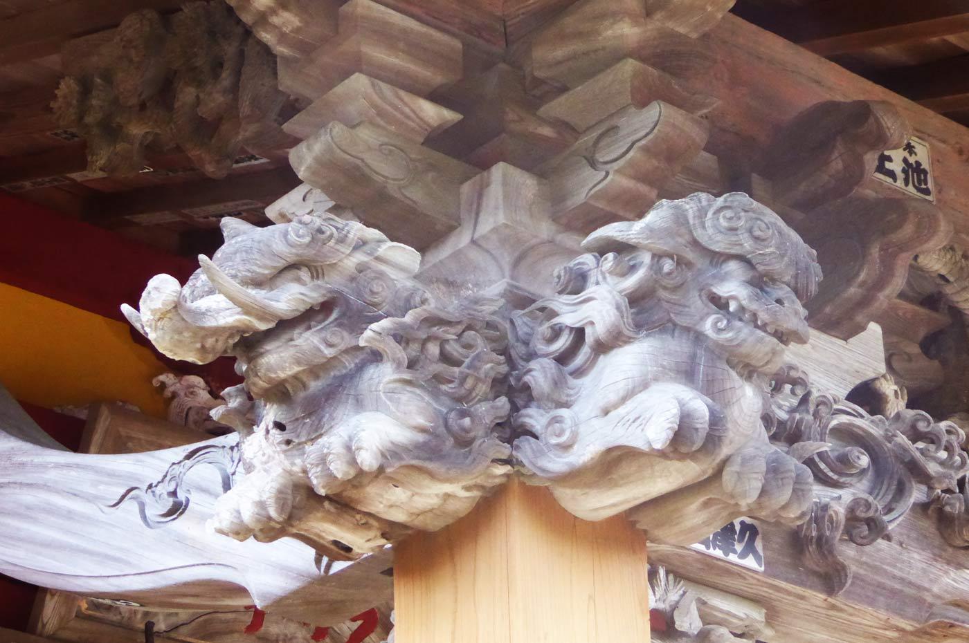 観音堂の龍の彫刻(左)