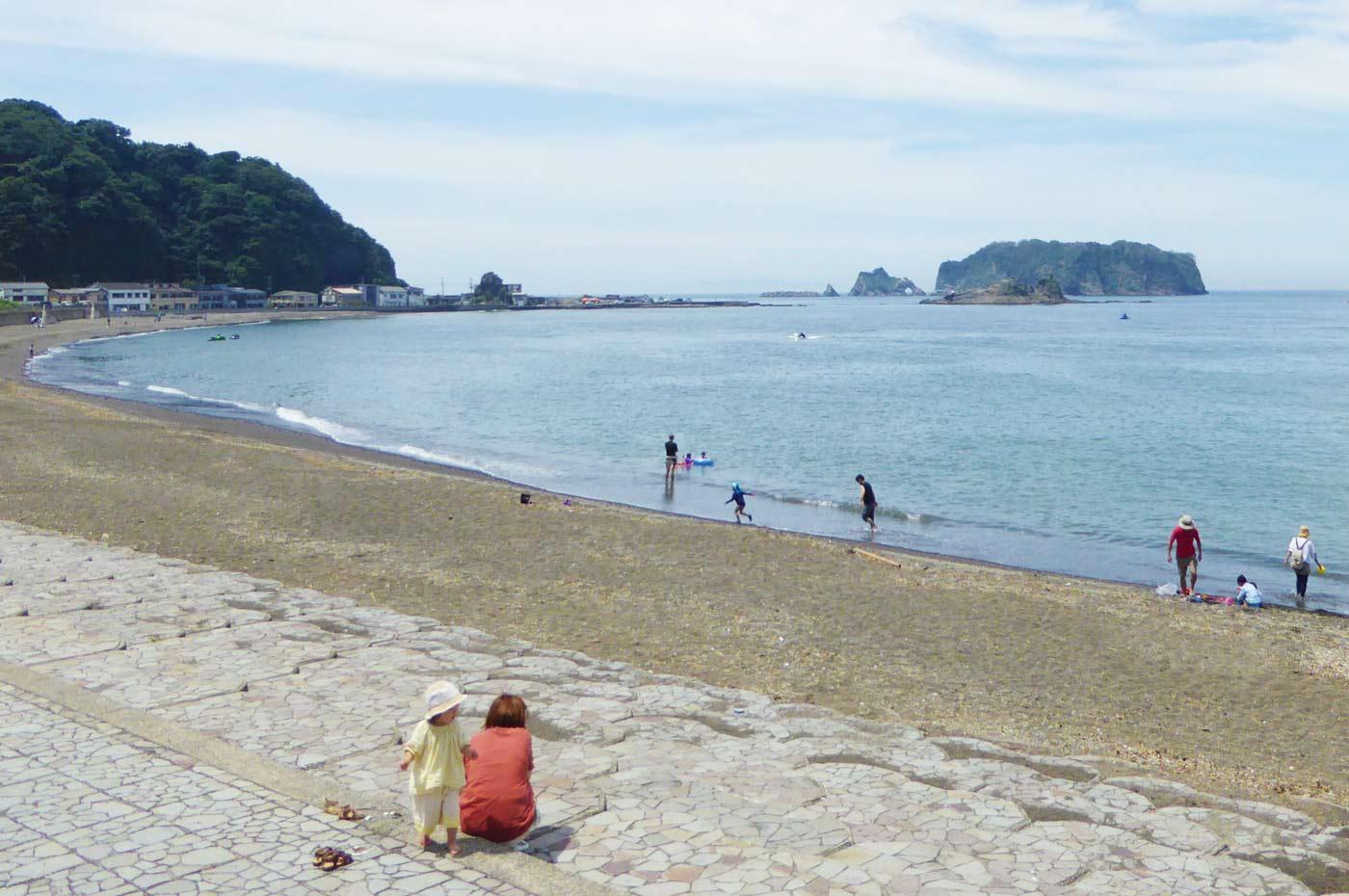 勝山海水浴場から浮島を望む