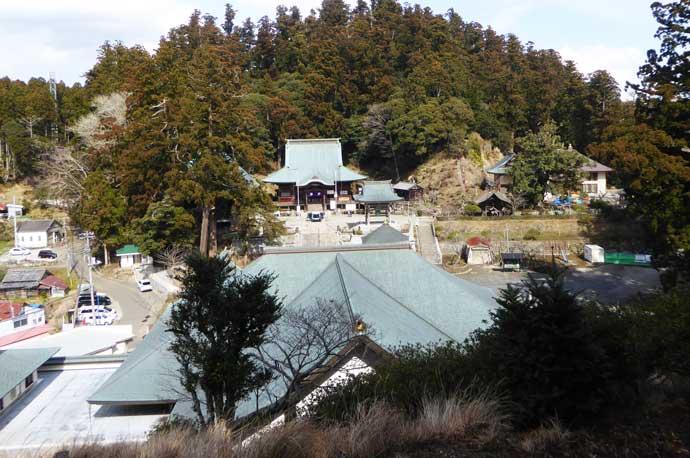 境内を本堂裏山から撮影
