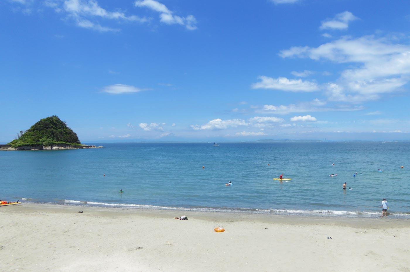 鱚ケ浦海水浴場から真珠島を望む