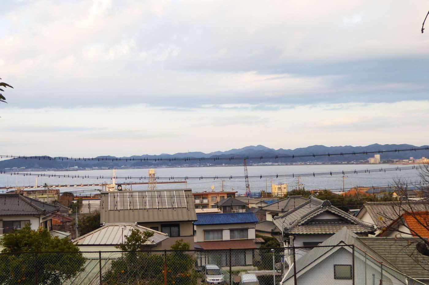 国司神社から館山湾を望む