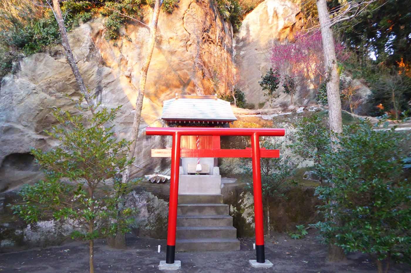 拝殿右横の神社の画像