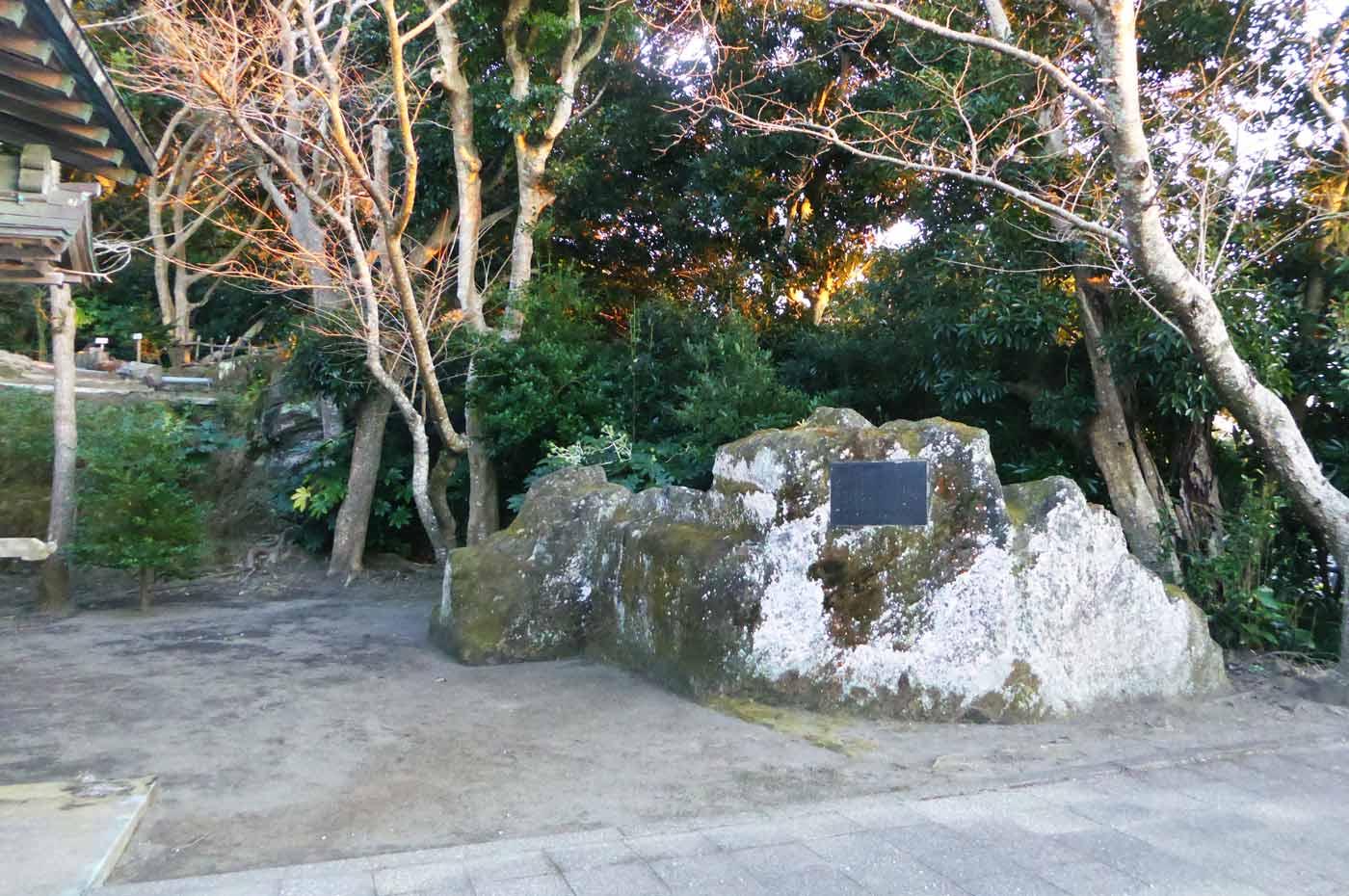 境内の大岩