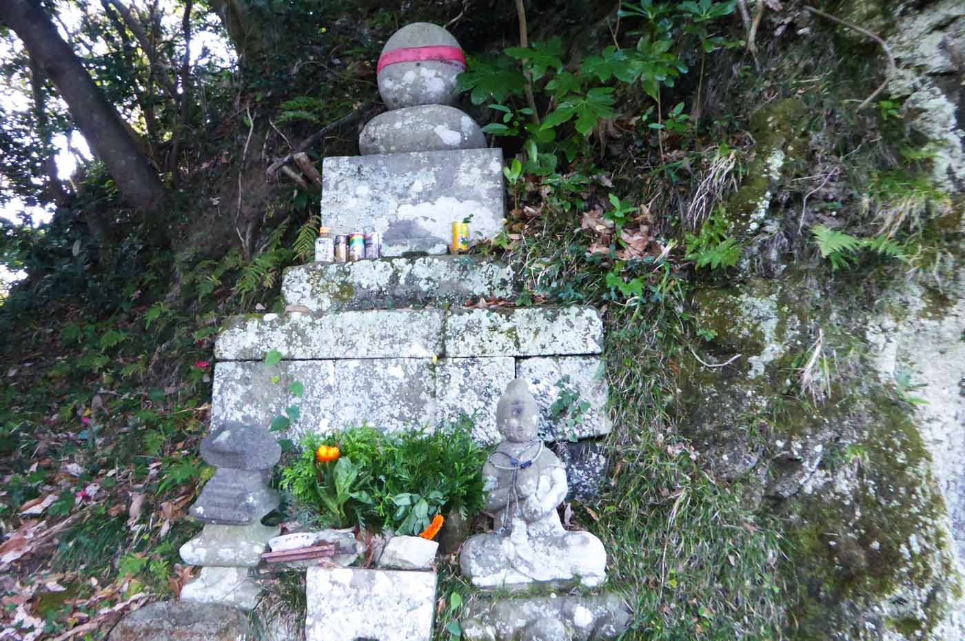 虚空蔵ほこら堂左の石物