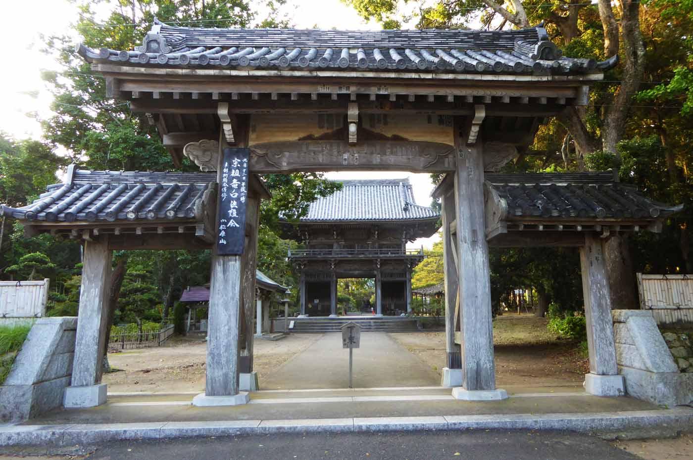 鏡忍寺の山門の写真
