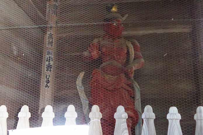 鏡忍寺の仁王像(左)の写真