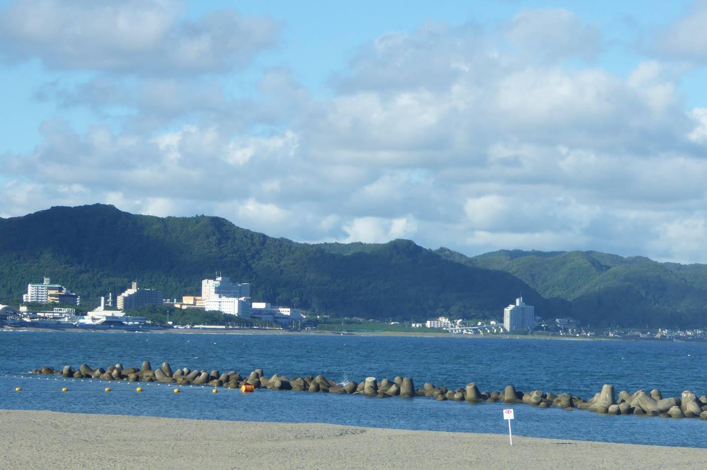 前原横渚海水浴場の防波堤