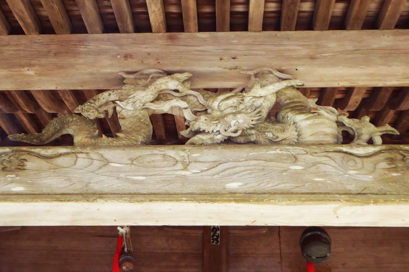 拝殿向拝の龍の彫刻