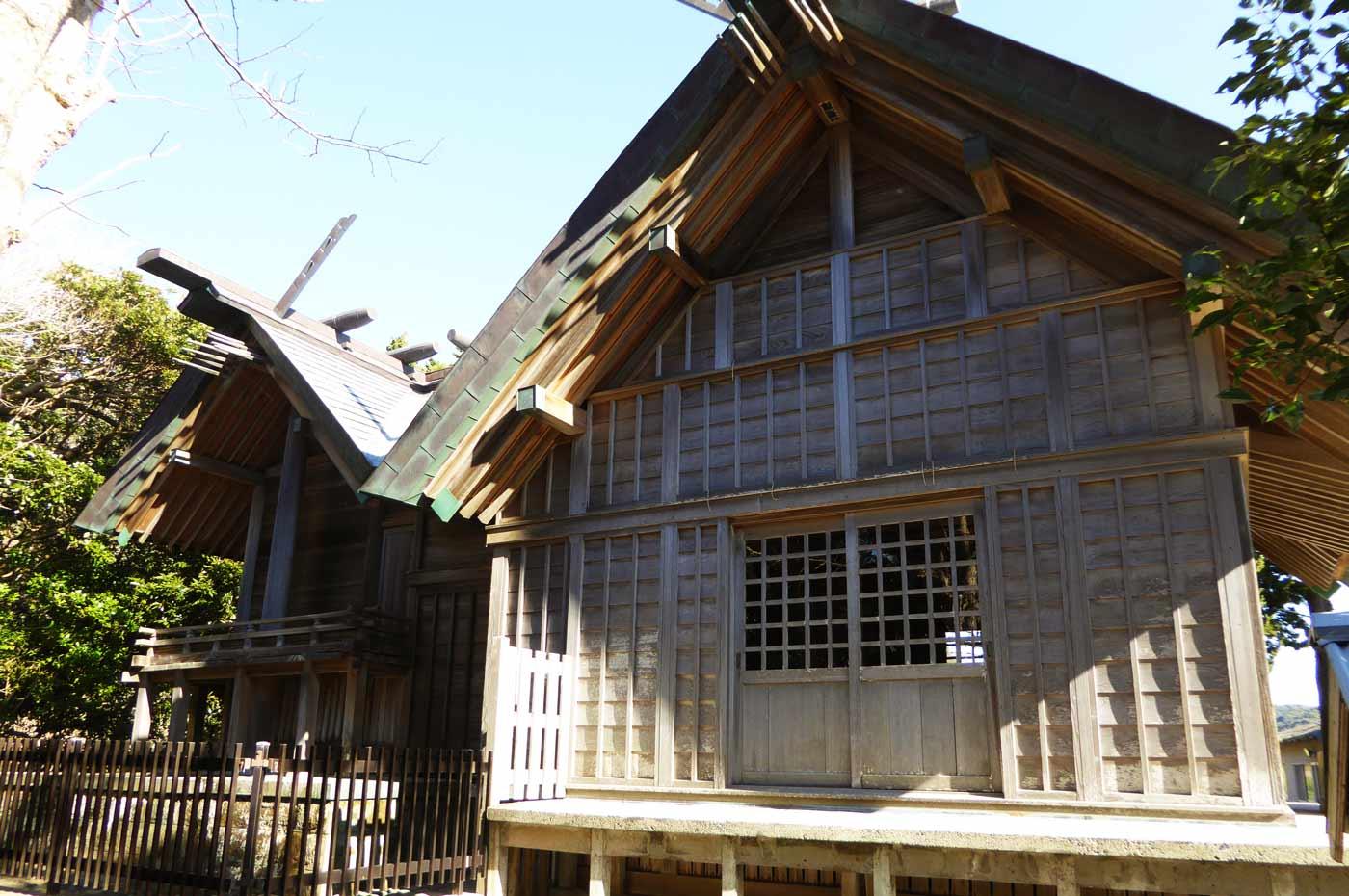 三嶋神社の拝殿と本殿の画像