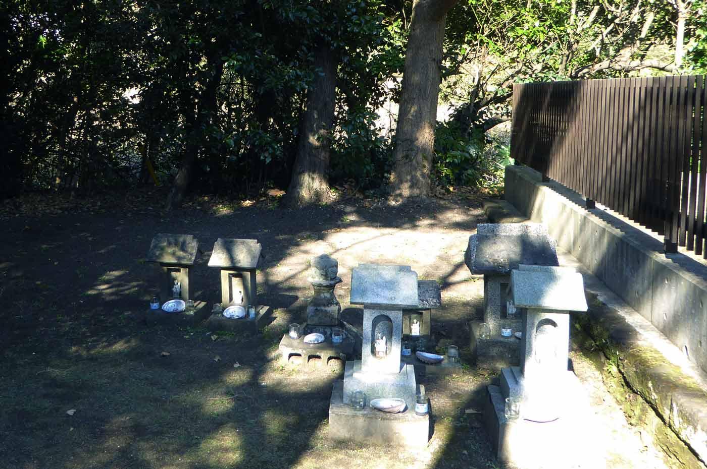 三嶋神社の石祠の画像