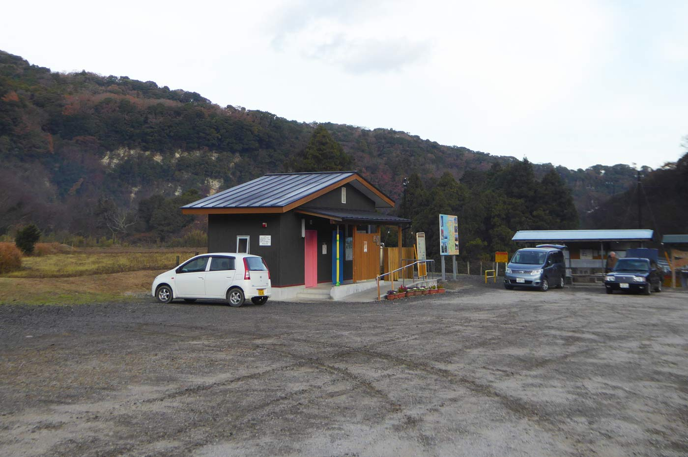 志駒もみじの里の駐車場と公衆トイレの画像