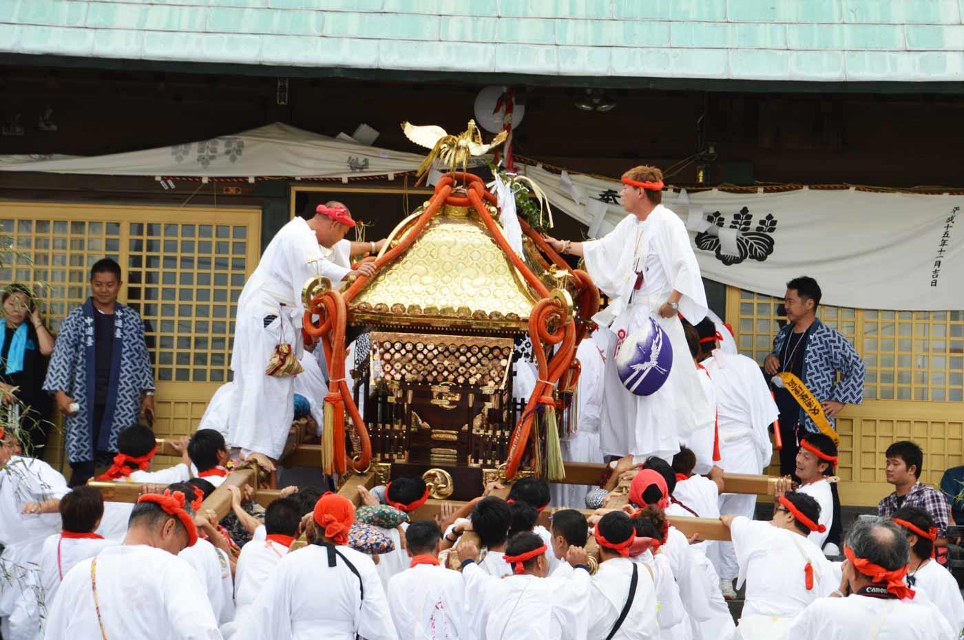 元名の神輿が保田神社へ入祭