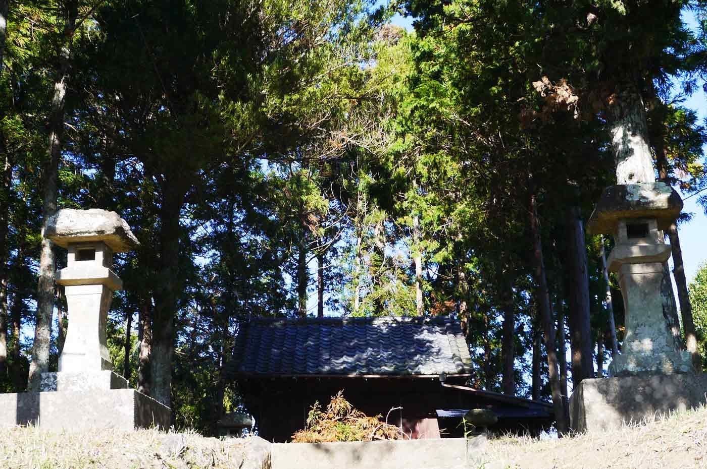 姥神社の石灯籠