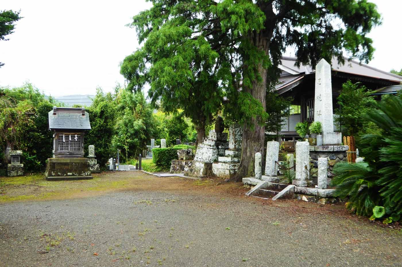 妙達寺の境内