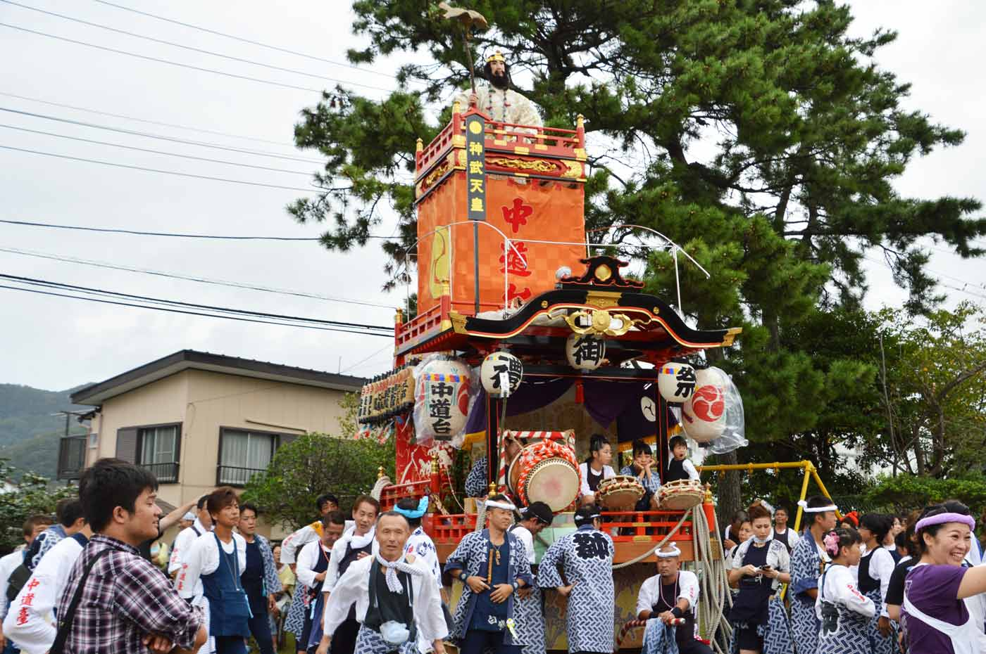 中道台の山車が保田神社へ入祭